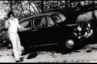 Miroslav Jeník u svého Fiatu 600, se kterým byl u tragické havárie ruské cisterny 21. srpna 1968 v Desné v Jizerských horách