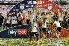 Hráči Fulhamu se radují z postupu do Premier League.