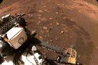 Robotický průzkumník Perseverance při jízdě po povrchu Marsu