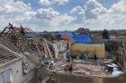 Moravská Nová Ves. Dobrovolníci z okolí, Brna, ze Žiliny a z Prešova uklízejí nejvíce zničený kostel v oblasti