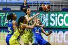 Basketbalistky USK Praha (v modrém) v Istanbulu