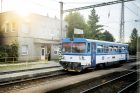 Přednosta stanice a projíždějící vlak Českých drah