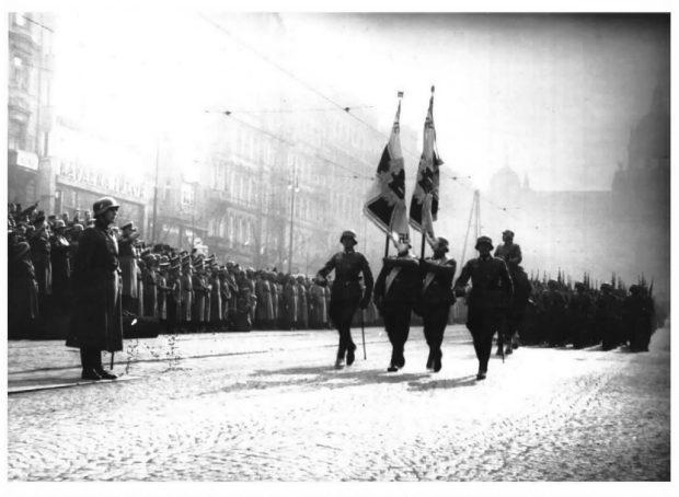 Němečtí vojáci se svými zástavami v březnu 1939