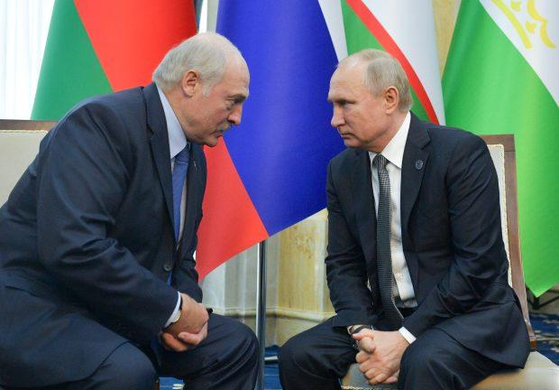 Běloruský prezident Alexandr Lukašenko a jeho ruský protějšek Vladimir Putin při jednání v Biškeku (foto z června 2019)