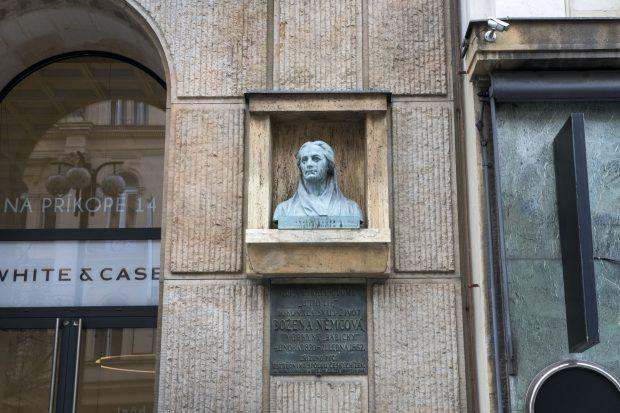 V dnešní ulici Na Příkopě dříve stával Dům u Tří lip, kde spisovatelka v roce 1862 zemřela. Připomíná ji tu bronzová busta, kterou zřídil Ústřední spolek českých žen. Ten ji také po okupaci, kdy byla poškozena, obnovil.