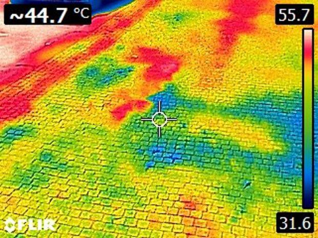 Asfalt rozpálený na 55,7 stupně Celsia