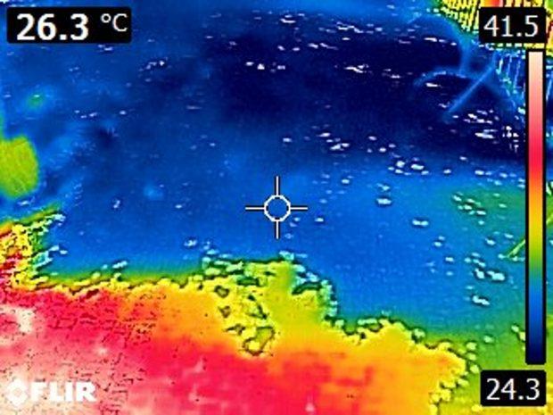 Kostky rozpálené na slunci na 41,5 stupně Celsia