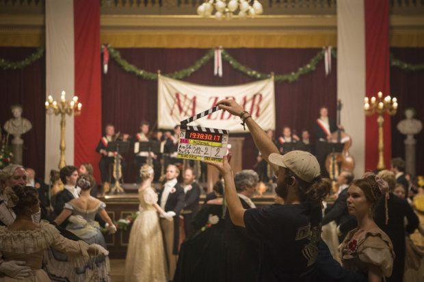 Český ples, kterého se Němcová zúčastnila, se ve skutečnosti sice konal na Žofíně, ale televizní scény z něj se natáčely v Národním domě na Vinohradech
