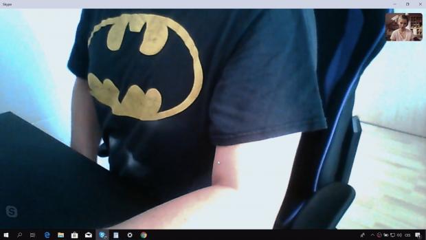 Muž volal s jednou z hereček v triku Batmana, svou tvář nikdy neukázal