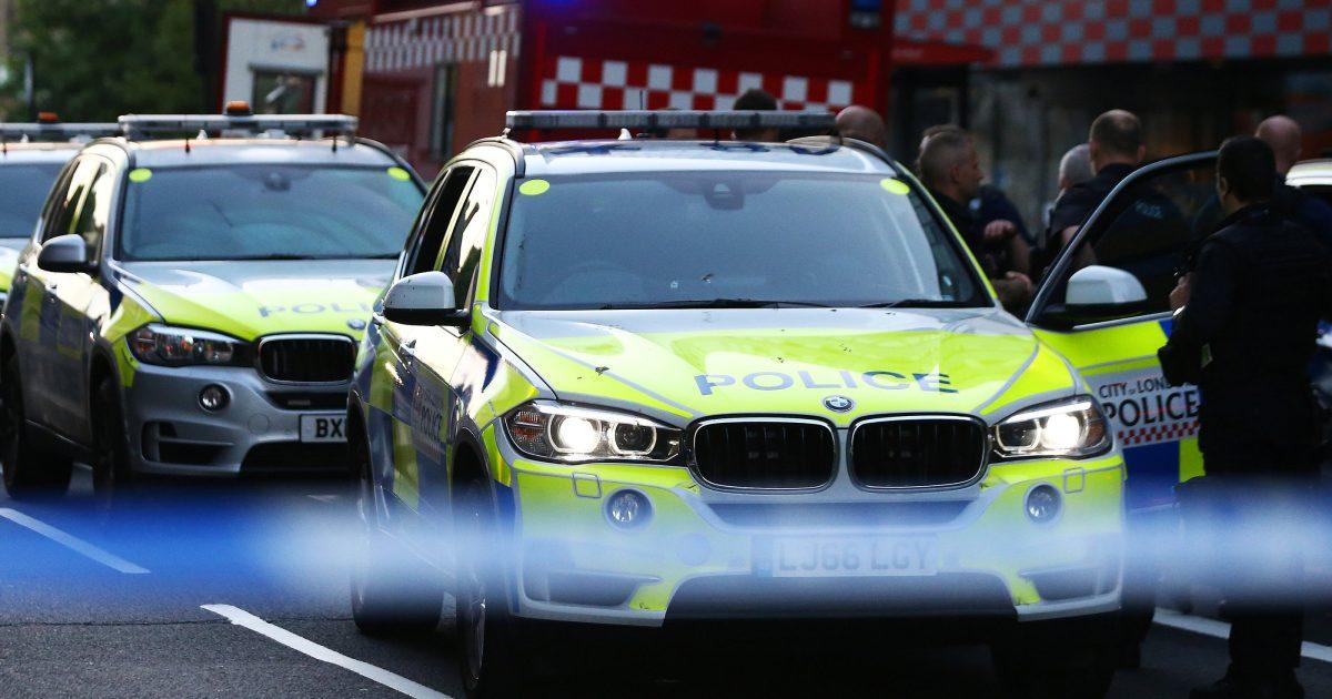 Radikální skupina Nová IRA je podezřelá z pokusu o vraždu. Někdo nastražil do policejního auta bombu