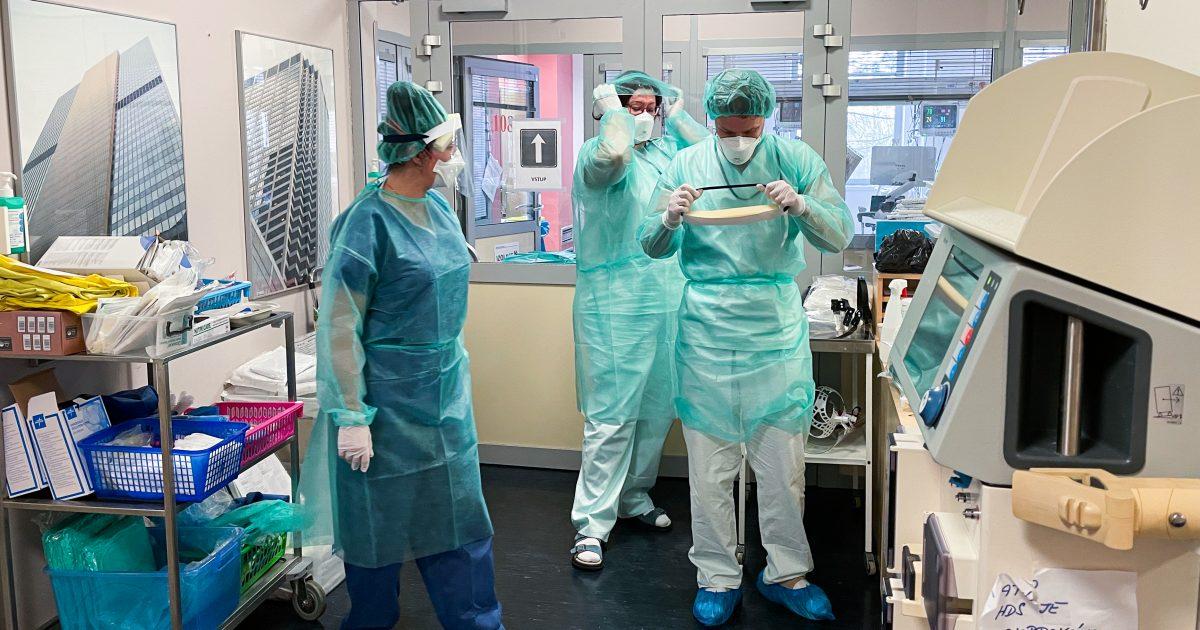 Obléct si ochranný oděv, respirátor, štít a rukavice - úkon, který lékaři a sestry za dobu trvání epidemie dobře znají