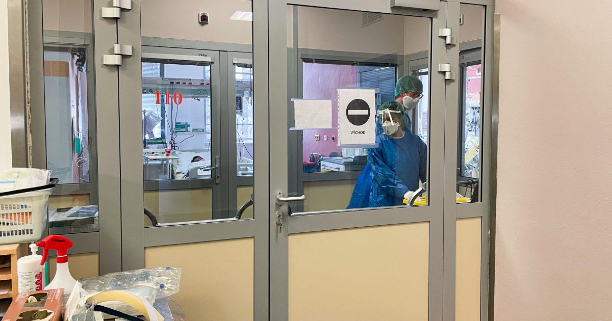 Zástěnu, která odděluje pokoje s pacienty od hlavní místnosti JIP, nechala nemocnice vybudovat v průběhu epidemie koronaviru. Před vstupem musí všichni do ochranných obleků