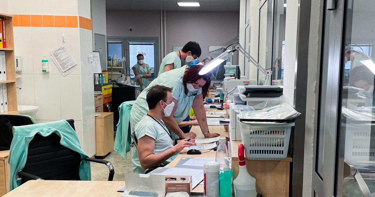 Centrum dění na infekční JIP - dlouhý pracovní stůl, který je od pacientů oddělen nově vybudovanou zástěnou se dvěma východy