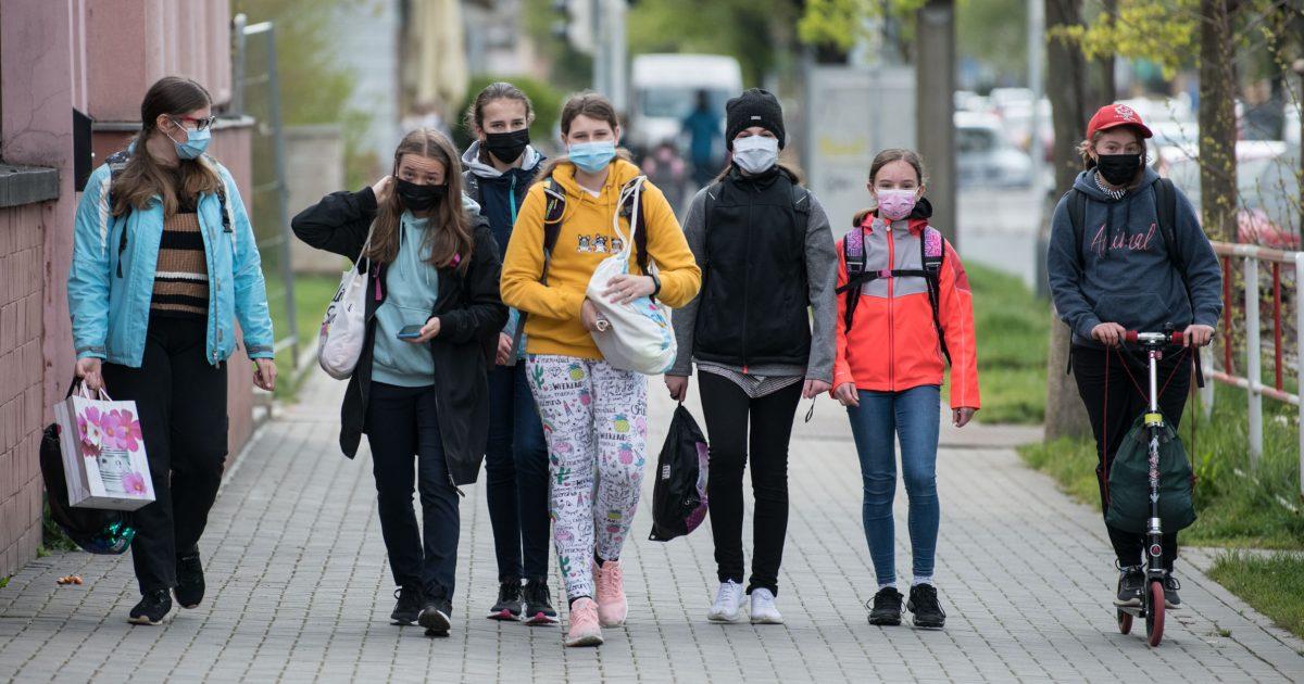 ONLINE: Česko má za pondělí 188 případů koronaviru. Školáci odkládají roušky ve zbývajících krajích