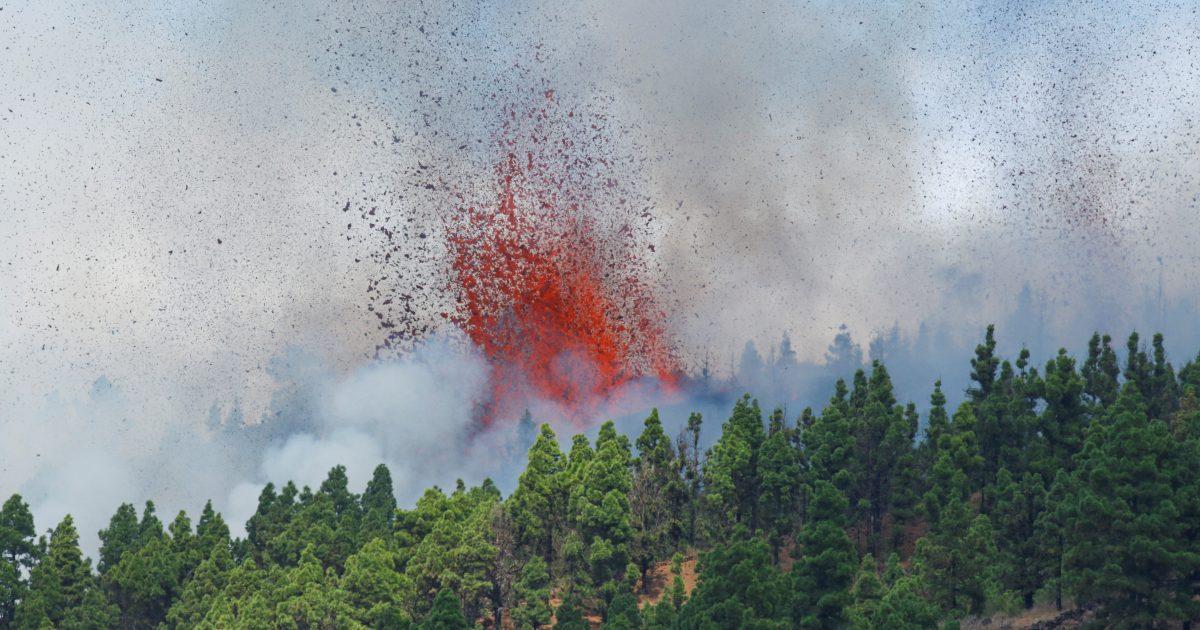Na Kanárských ostrovech se probudila sopka, je vidět láva i kouř. Úřady zahájily evakuaci obyvatel