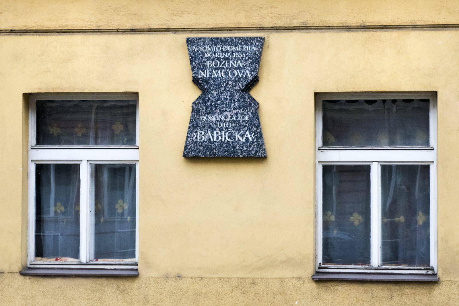 Ve Vyšehradské ulici najdeme další pamětní desku. Abychom pochopili její nezvyklý tvar, je potřeba naklonit hlavu – má totiž zobrazovat otevřenou knihu postavenou na výšku.