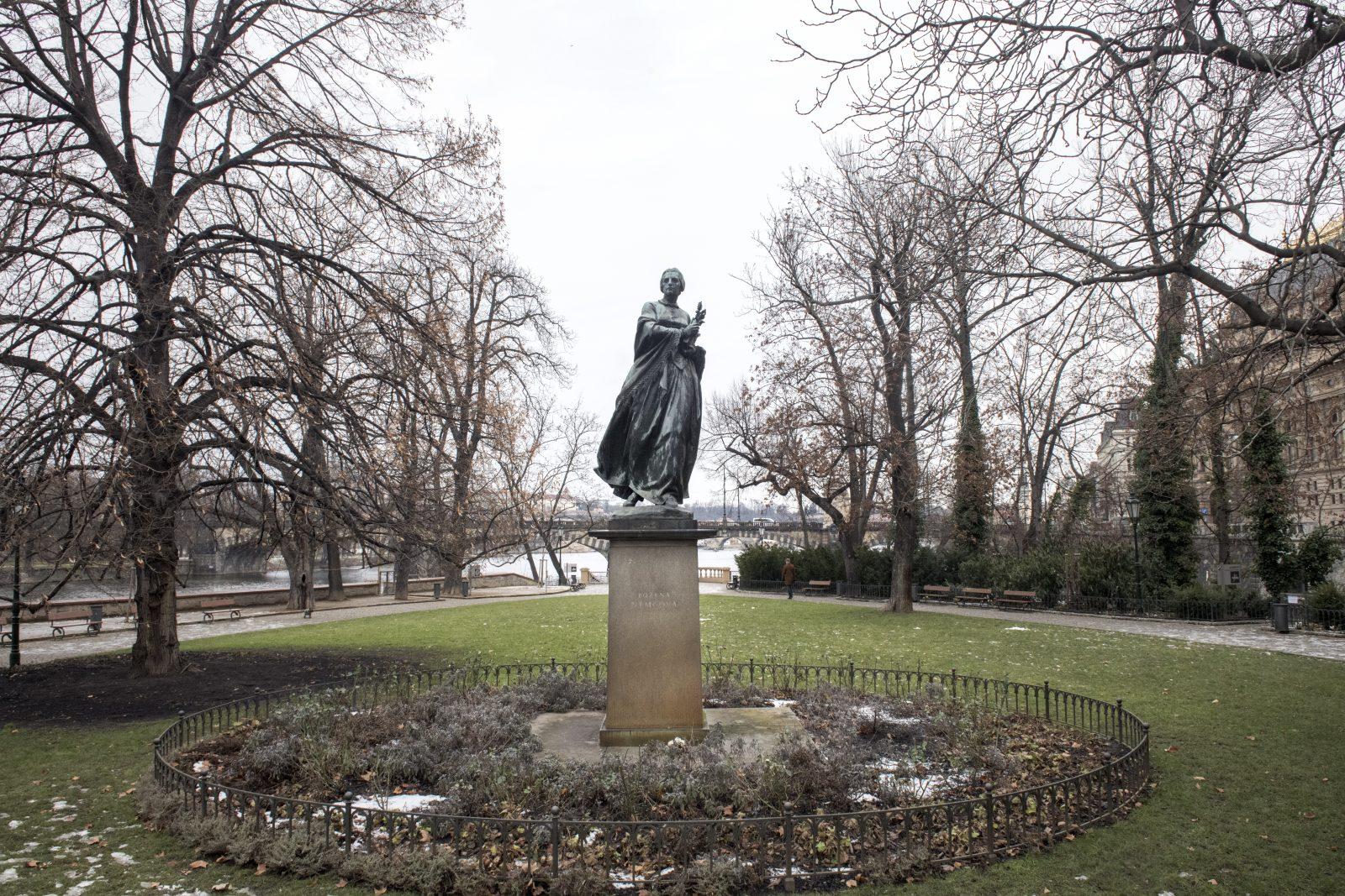 Na Žofínský palác vyhlíží z prostředka přilehlého parku pomník Němcové od sochaře Karla Pokorného z roku 1954