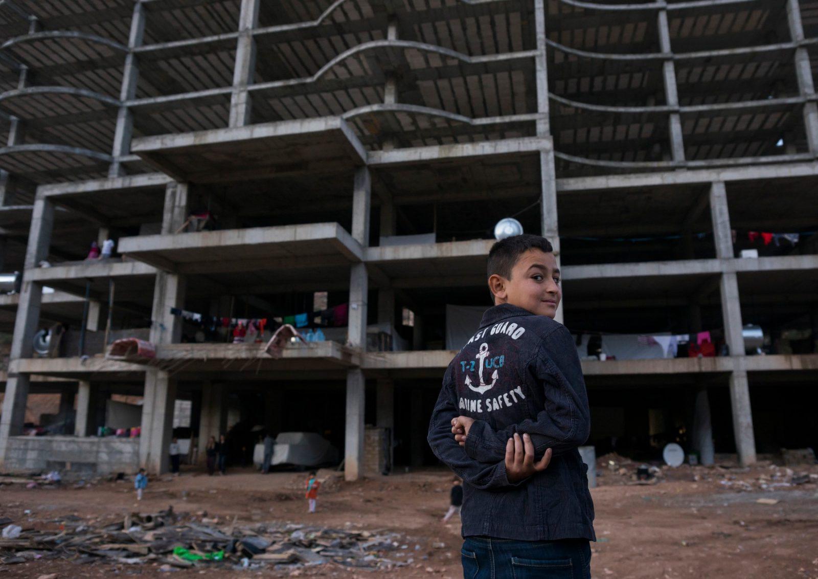 Po útěku ze Sindžáru rodiny jezídů přežívali také v rozestavěných budovách, podle Černého nebezpečných hlavně pro děti. Fotka z provincie Dohúk v Kurdistánu z roku 2014