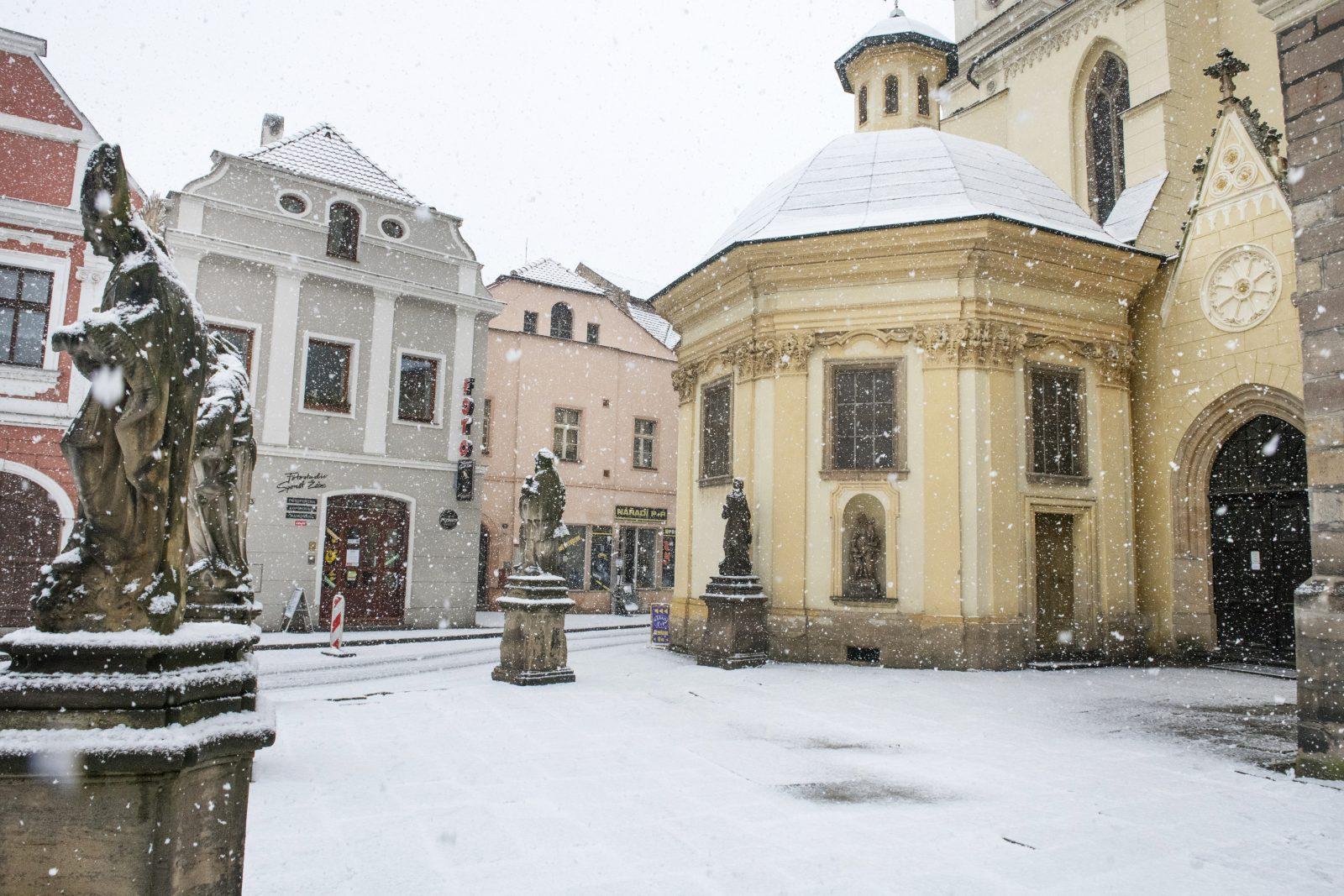 Hošťálkovo náměstí v Žatci posloužilo třeba jako filmové místo setkání Boženy Němcové (Anna Kameníková) s Václavem Bolemírem Nebeským (Jan Nedbal)