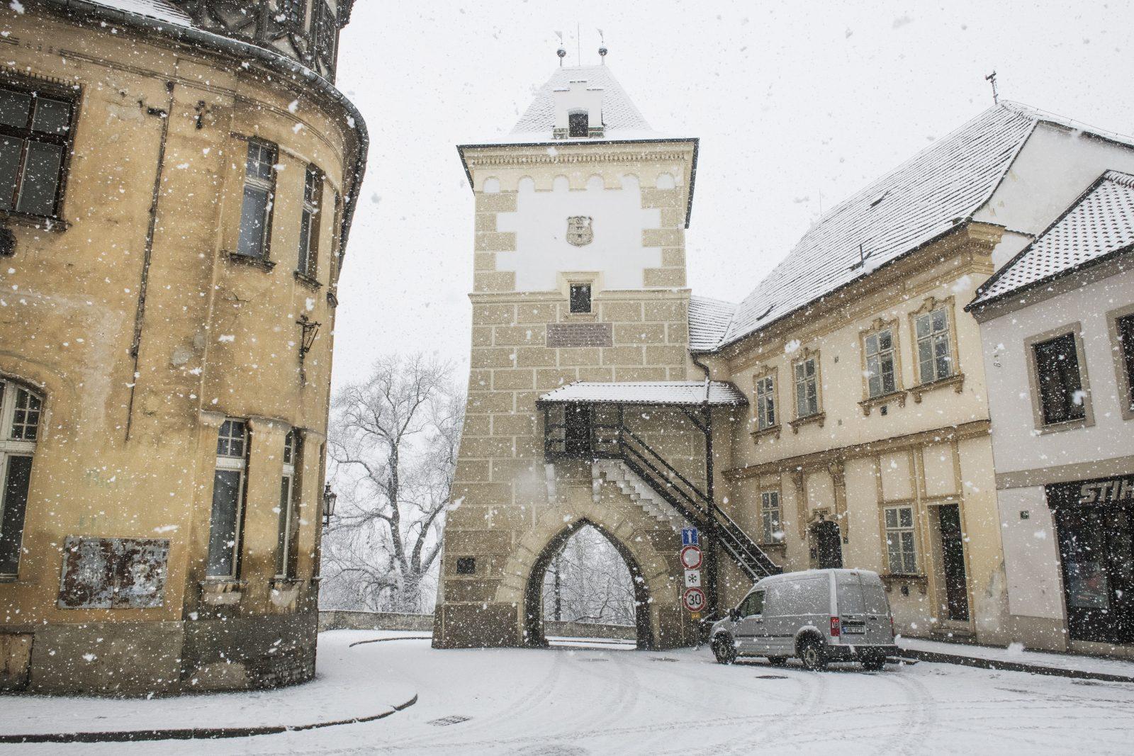 Kněžskou bránou v Žatci v jedné z epizod projede kočár s Boženou Němcovou (Anna Kameníková)