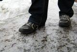 Kluzká vozovka i chodníky. V úterý přijde ledovka a silný vítr, hlavně na východě Čech a na Moravě