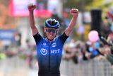 Australan O'Connor vyhrál po úniku na Giru svou první etapu. V růžovém dresu pokračuje Almeida