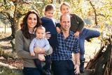Svatební ohňostroj i podzimní procházka s dětmi. Britská královská rodina zveřejnila snímky z vánočních přání