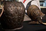 Do Louvre se po 40 letech vrací dva kradené artefakty. Expert je objevil v pozůstalosti rodiny z Bordeaux