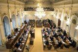 Poslanci souhlasí, aby lidé mohli požádat o odklad splátek úvěrů. Návrh zákona ještě posoudí senátoři