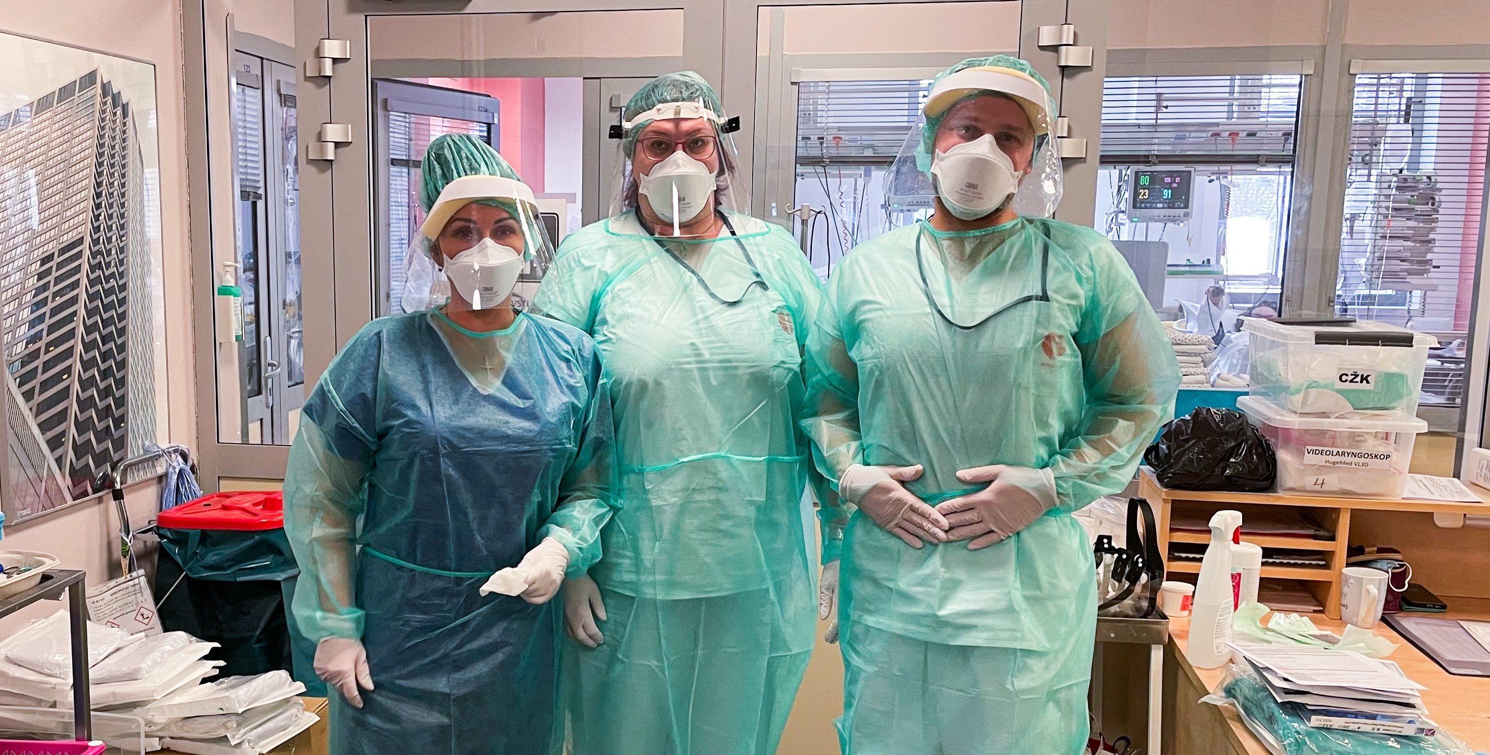 Zdravotní sestry s lékařem Vojtěchem Balatkou se oblékli do ochranných oděvů a vyráží za pacienty