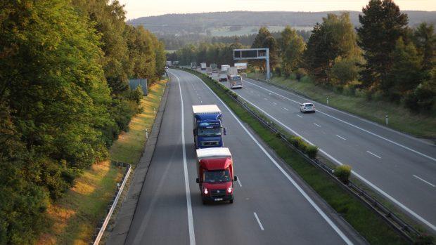Série nehod uzavřela dálnici D1 na Přerovsku a Prostějovsku, silničáři hlásí ledovku