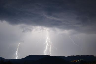 ONLINE: Silný vítr postupuje od západu Českem. Zastavil vlaky, vyvrací stromy