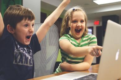 Děti můžou přijít o e-mail či profil na sociální síti. Kvůli GDPR budou potřebovat souhlas rodičů