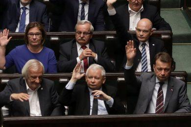 Velké ústupky polské vlády. Poslanci nečekaně zrušili část justiční reformy, kterou kritizuje Brusel