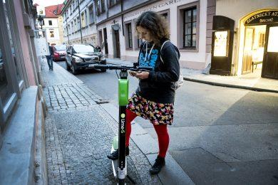 Firma provozující koloběžky v Praze nedodržuje podepsané memorandum. Městu vadí parkování na chodnících