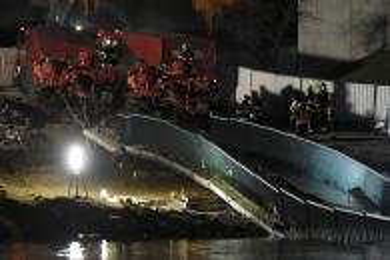 Hasiči vytáhli z Vltavy trosky trojské lávky, pomohly i vyprošťovací tanky