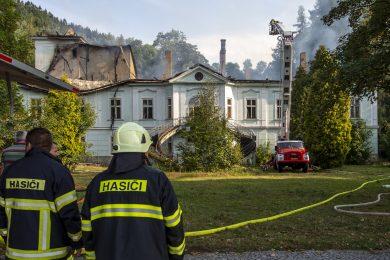 Rozsáhlý požár zničil barokní zámek v Horním Maršově. Shořely střechy i věž