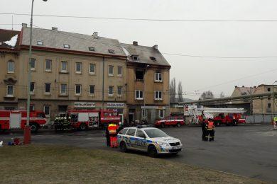 V Ústí nad Labem hoří dům. Zraněno je deset lidí, většinou dětí