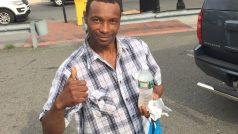 Z bezdomovce hrdinou se střechou nad hlavou. Vděční Američané pomohli nálezci bomby