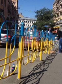 Zábradlí a lavičky na modrožluto. V Kyjevě propukla nová forma patriotismu 2a3181e0174