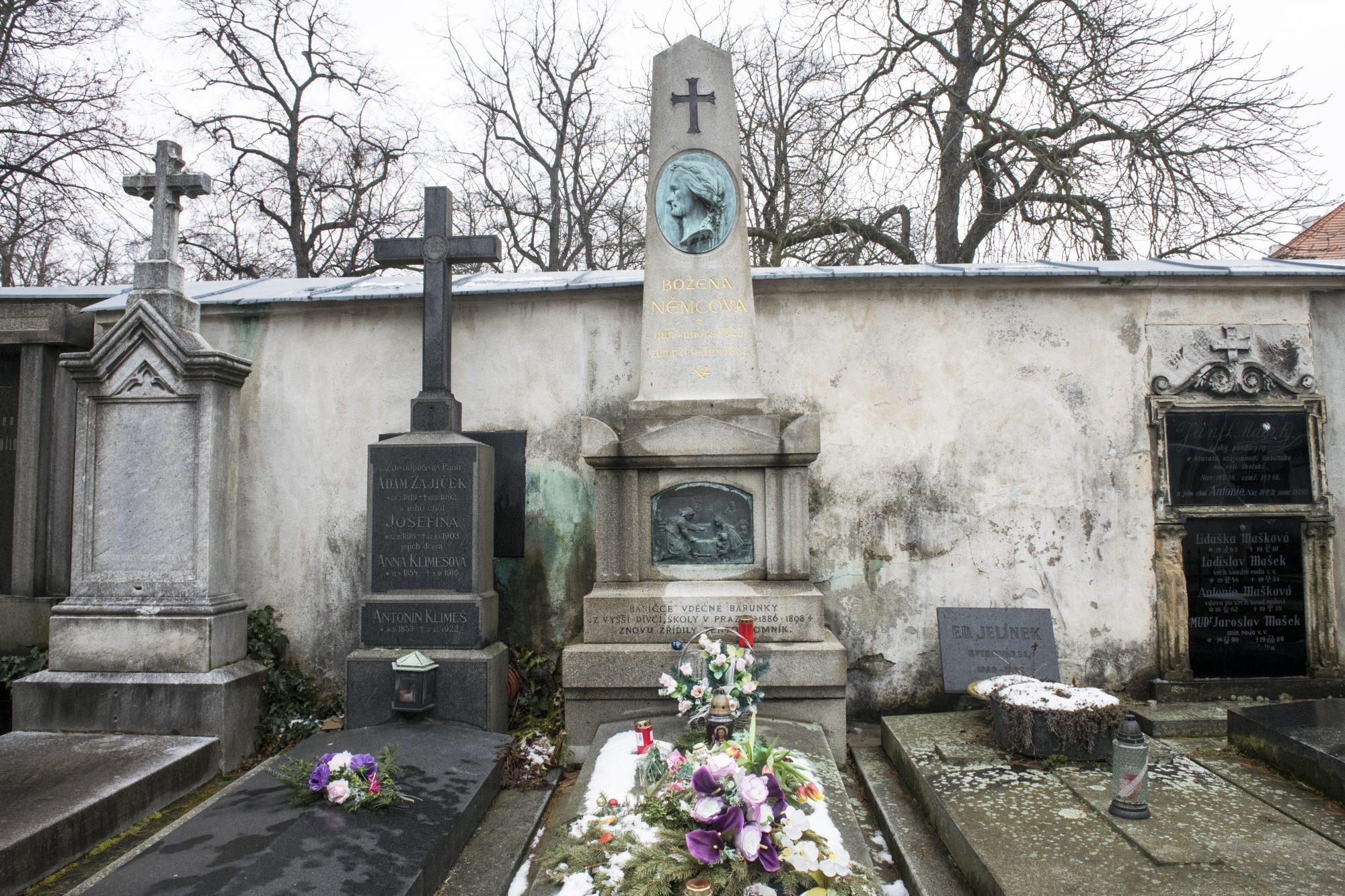 Pískovcový náhrobek na vyšehradském hřbitově zdobí profil Boženy Němcové od sochaře Tomáše Seidana
