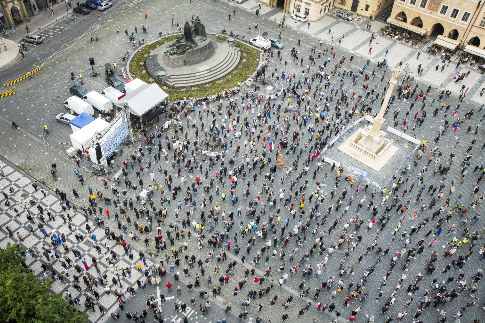 >Demonstrace s předepsanými rozestupy.  Milion Chvilek na Staroměstském náměstí 9. června. Kritika vlády za chyby v krizi při pandemii koronaviru.