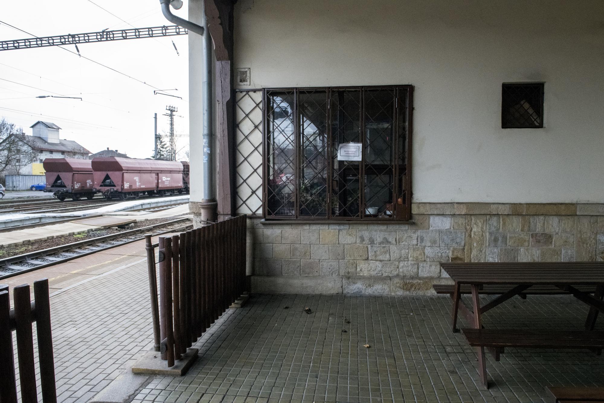 Okno bývalého koloniálu, kde pracovala máma Jana Palacha. Nádraží ve Všetatech.
