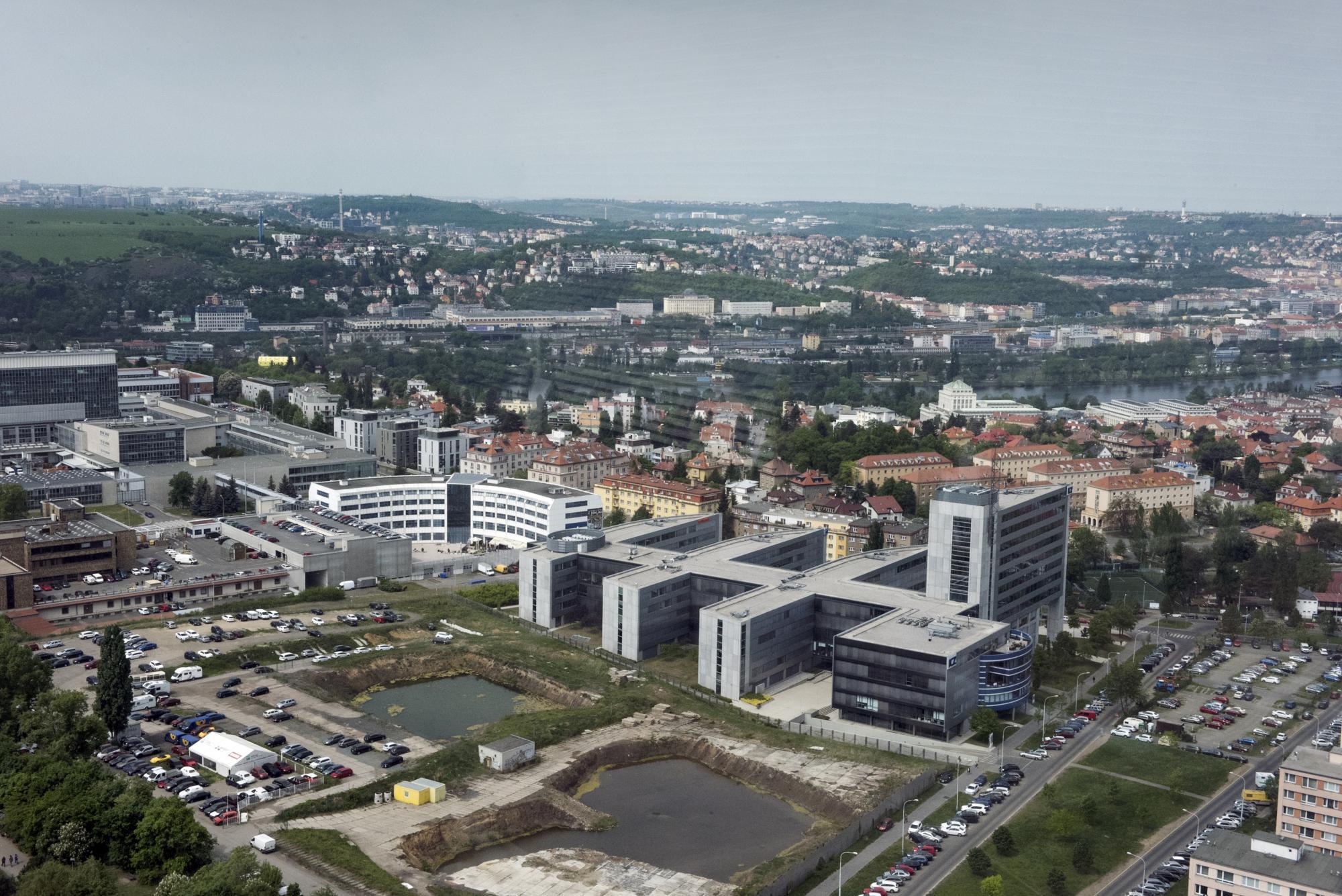 Pohled na Vltavu a areál České televize ze střechy City Tower.