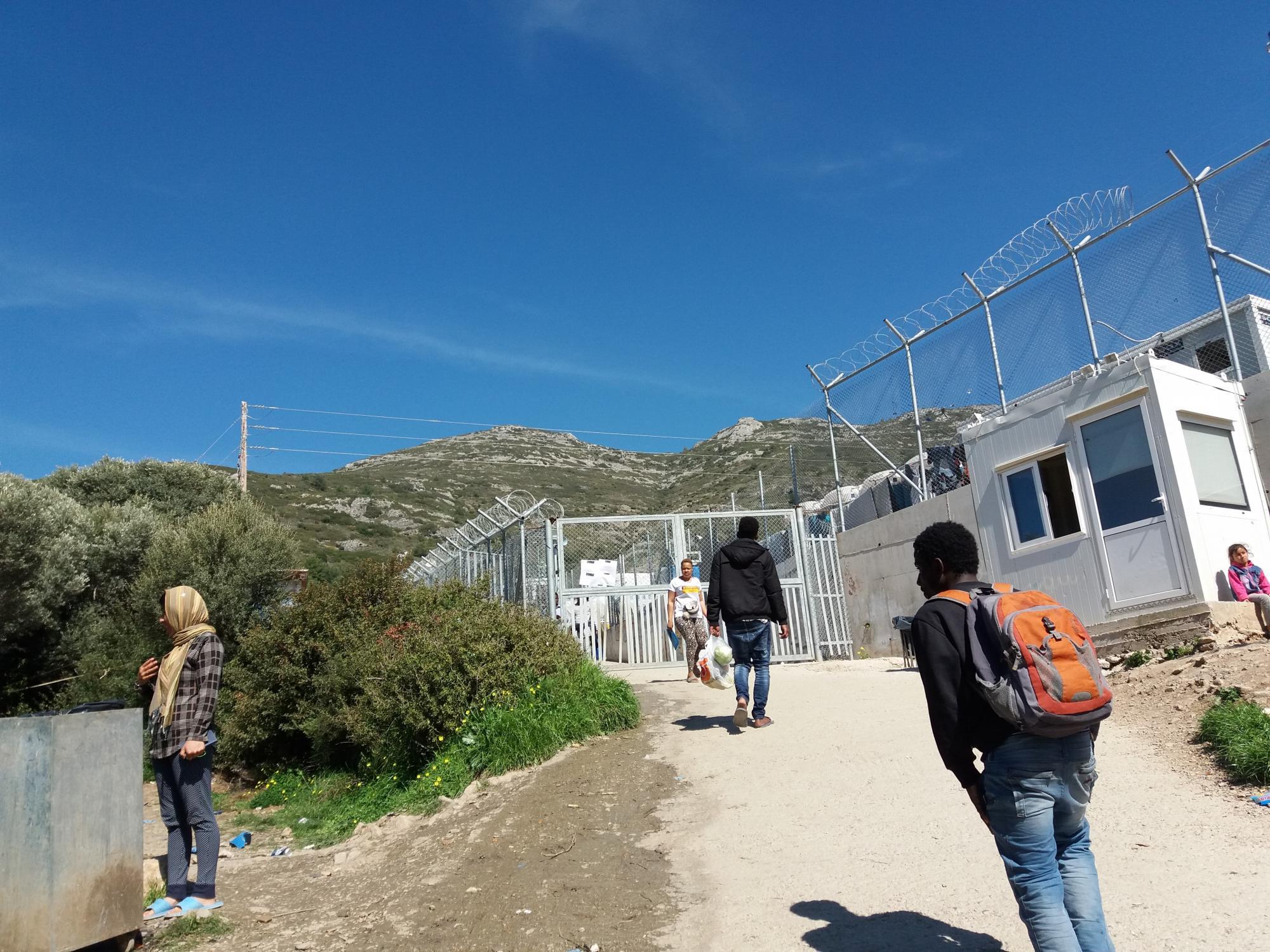 Vstup do oficiálního tábora na Samu. Uvnitř tábora se fotit nesmí. Běženci dostávají třikrát denně jídlo. Tábor mohou svobodně opouštět mezi šestou ranní a desátou večerní, spát ale musí uvnitř