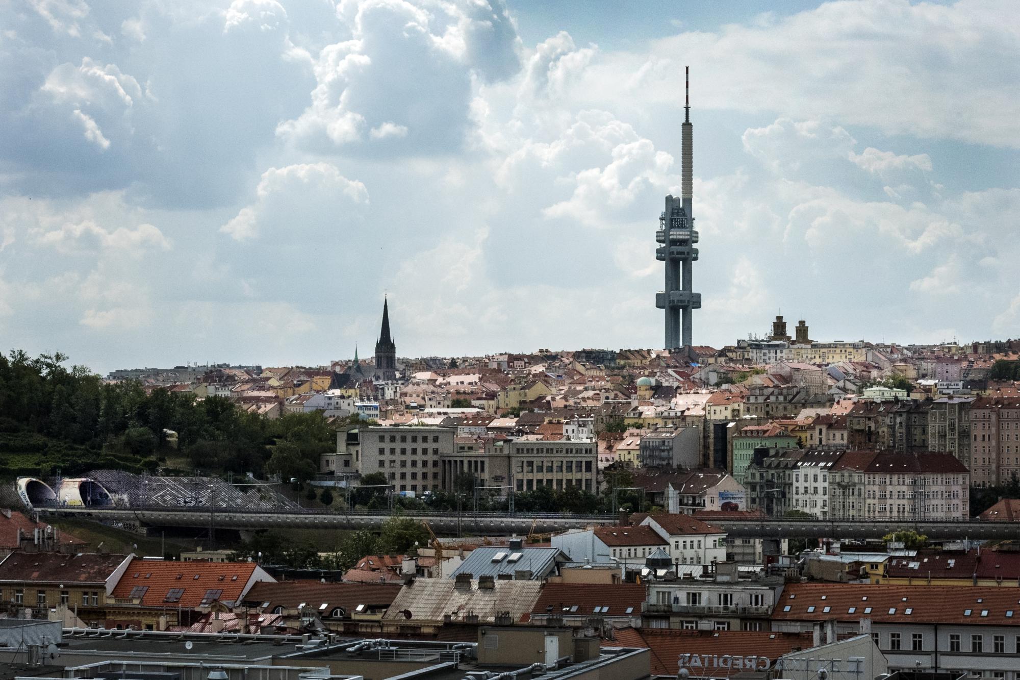 Žižkovský televizní vysílač a pohled na Prahu