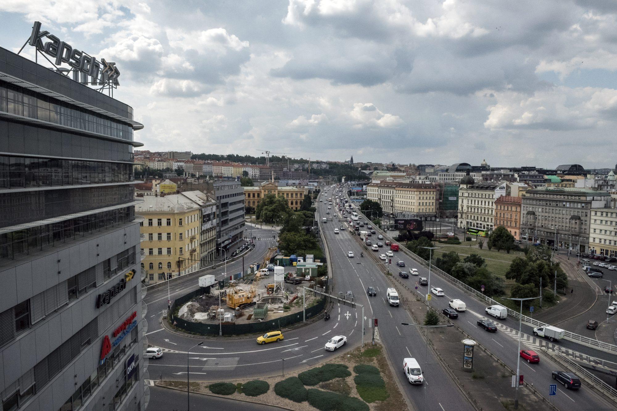 Provoz na pražské magistrále nedaleko administrativní budovy Diamond Point