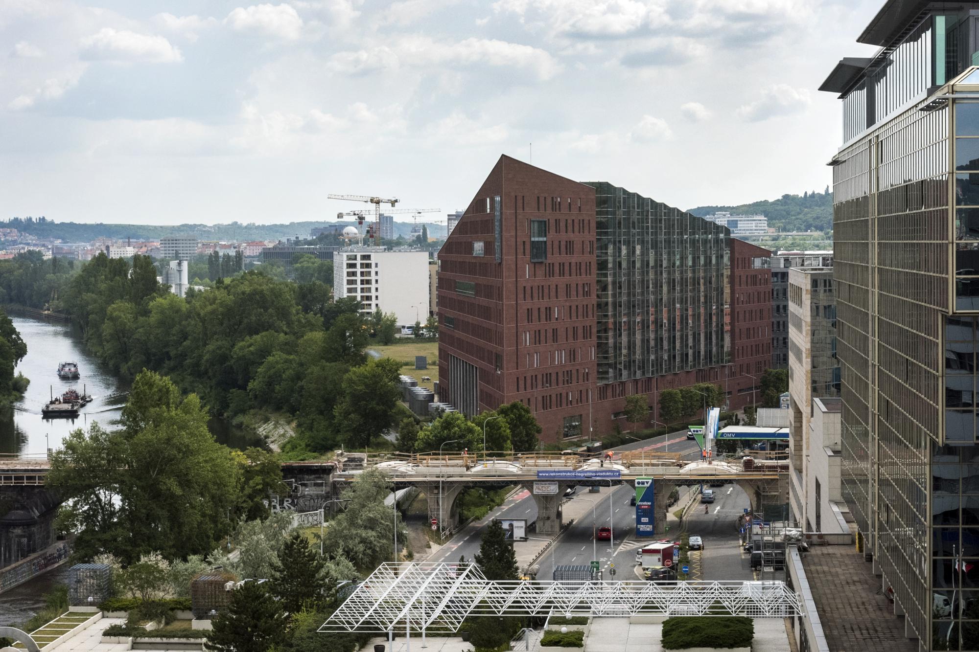 Negrelliho viadukt v rekonstrukci a pohled na Vltavu